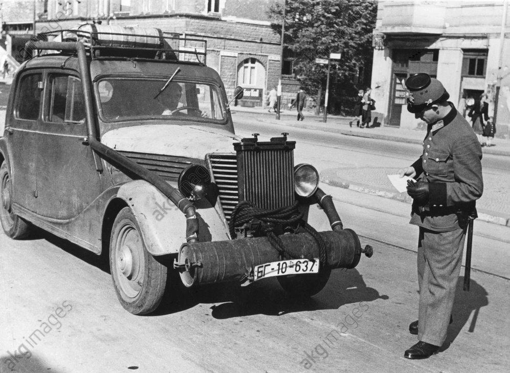 Nachkriegszeit/Fahrzeugkontrolle, 1946. - Police vehicle check / Berlin / 1946 -
