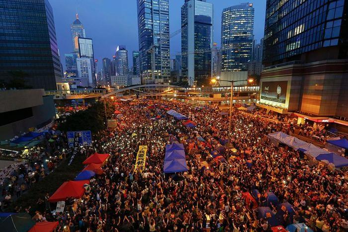 Тысячи людей в Гонконге отмечают Революцию зонтиков