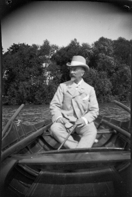 Человек в лодке, 1900