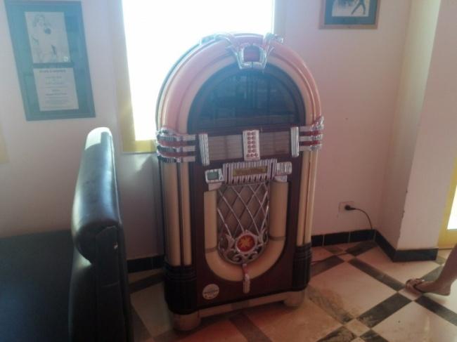 Атеперь музыкальный автомат вбаре работать отказался.