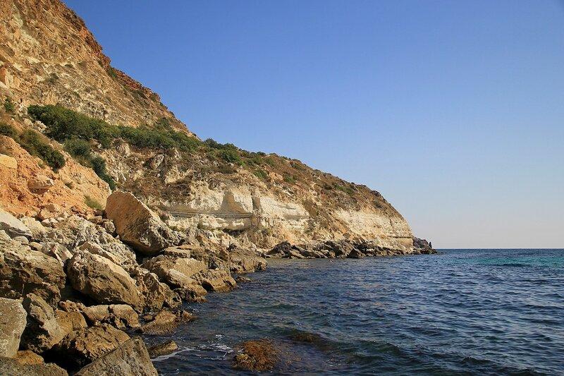Нагромождение камней, известняковые скалы и обрывистый берег Чёрного моря в районе мыса Фиолент (Севастополь, Крым) у остановки Маяк