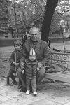 Дед Андрей с внуками Ромкой и Митей в Калининградском зоопарке, 2 мая 1977 г.