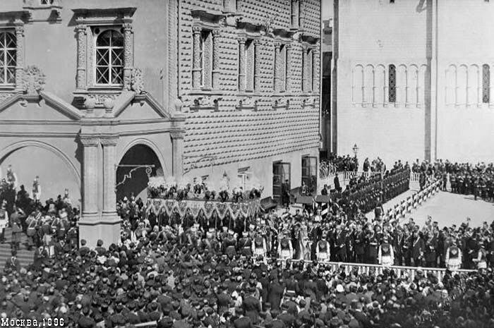 Шествие Их Величеств со свитой по Красному крыльцу в Успенский собор