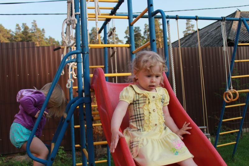 Девочки катаются нагорке