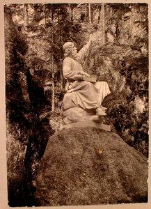 Вид памятника герою карело-финского эпоса Калевала Вяйнямейнену, держащему на коленях кантеле (работа финского скульптора И.Таканен, 1873 г.); установлен на участке парка Конец света.