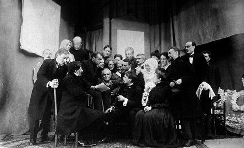Группа студийцев отмечает пятилетие Студии. В центре — Евгений Вахтангов. 1918 год