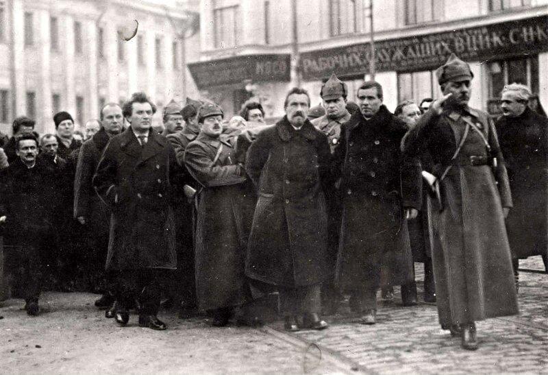 Шествие по улицам Москвы во время похорон Михаила Фрунзе, народного комиссара армии и флота.