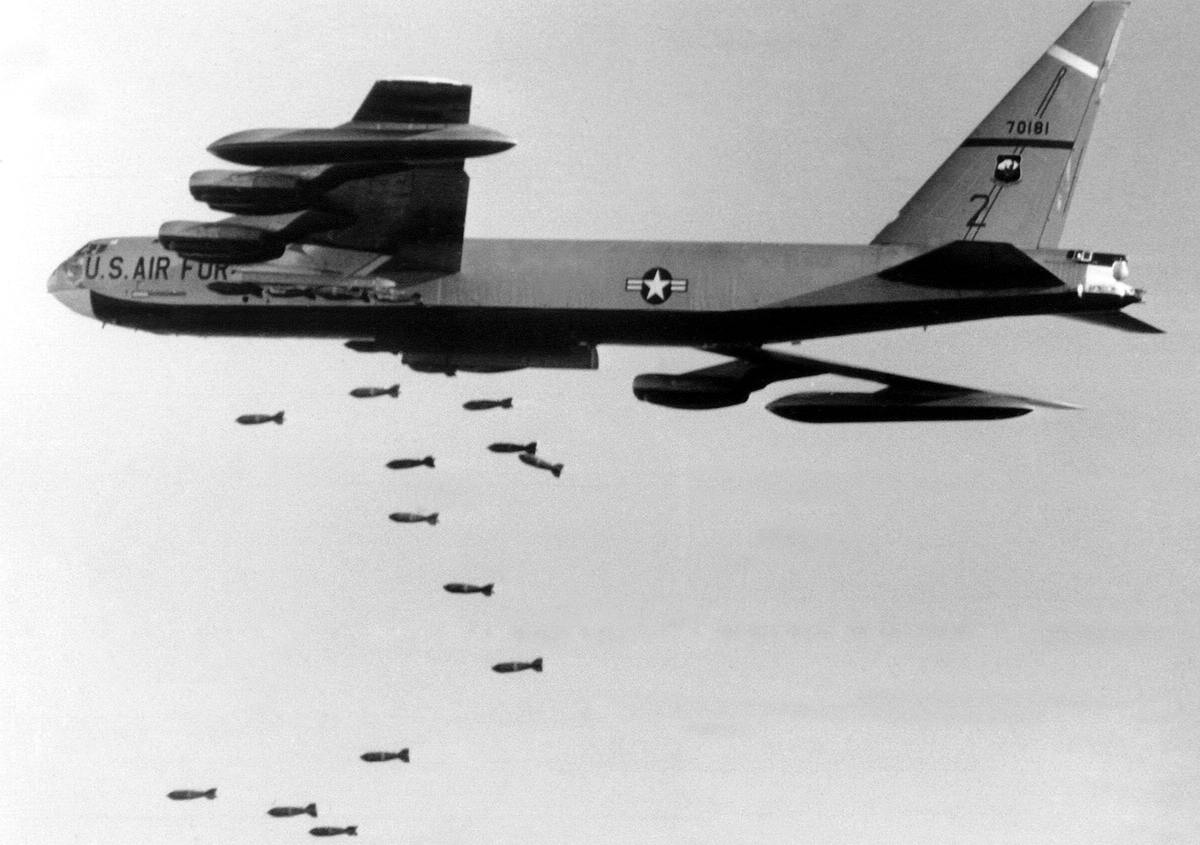 Американский стратегический бомбардировщик B-52 сбрасывает бомбы на позиции войск Северного Вьетнама в 56 км к северо-западу от Сайгона