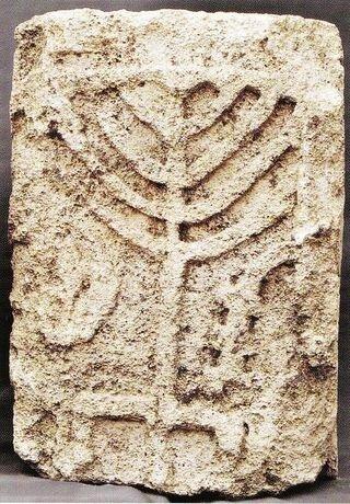 На лицевой стороне надгробия изображён девятисвечник