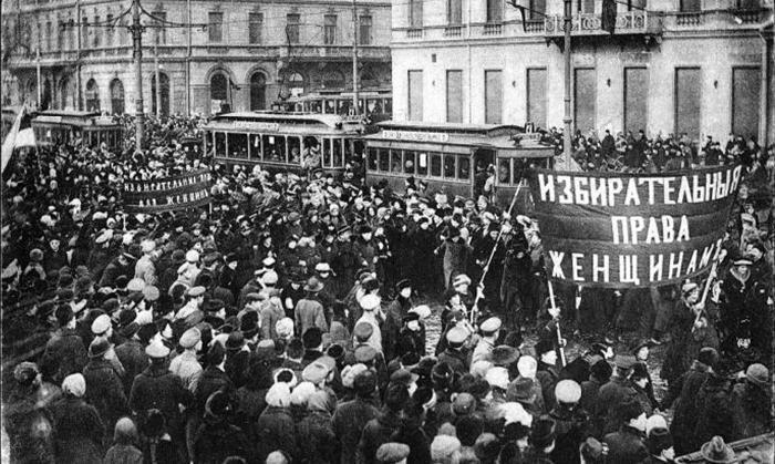 Демонстрация женщин на улицах Петрограда