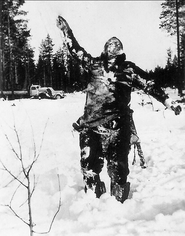 Замёрзшее тело советского солдата поставленнон финнами на подпорки во времена советско-финской войны.jpg