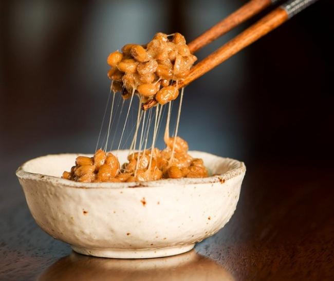Натто — один из самых популярных в Японии продуктов. Это забродившие соевые бобы, которые часто едят
