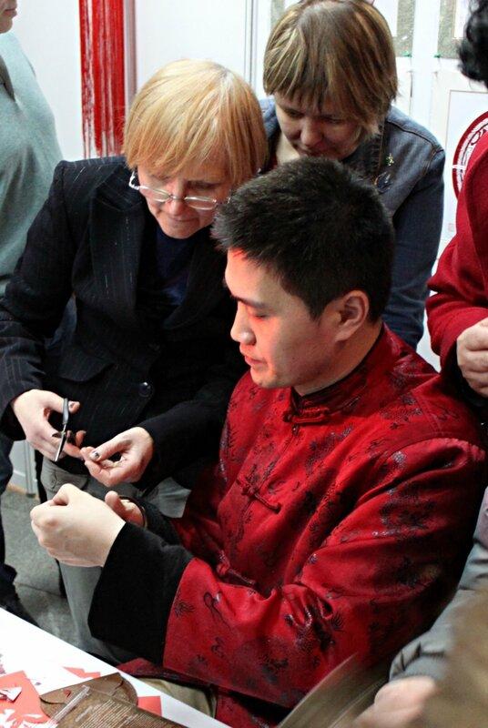 Китайский мастер вырезания по бумаге