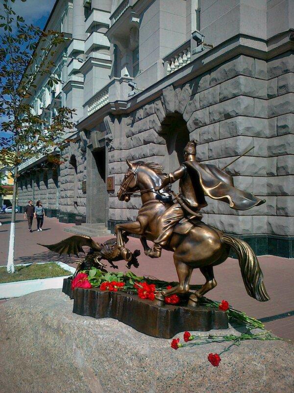 Новый памятник у входа в СБУ