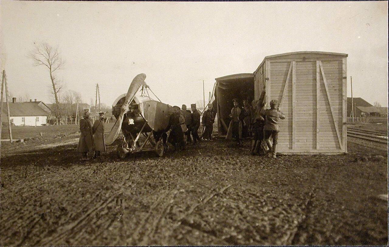 04. Военные за выгрузкой из контейнеров новых летательных аппаратов, предназначенных для отряда. Польша, станция г.Кросно. 2 февраля 1915