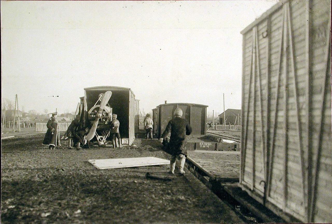 06. Военные за выгрузкой из контейнеров новых летательных аппаратов, предназначенных для отряда. Польша, станция г.Кросно. 2 февраля 1915