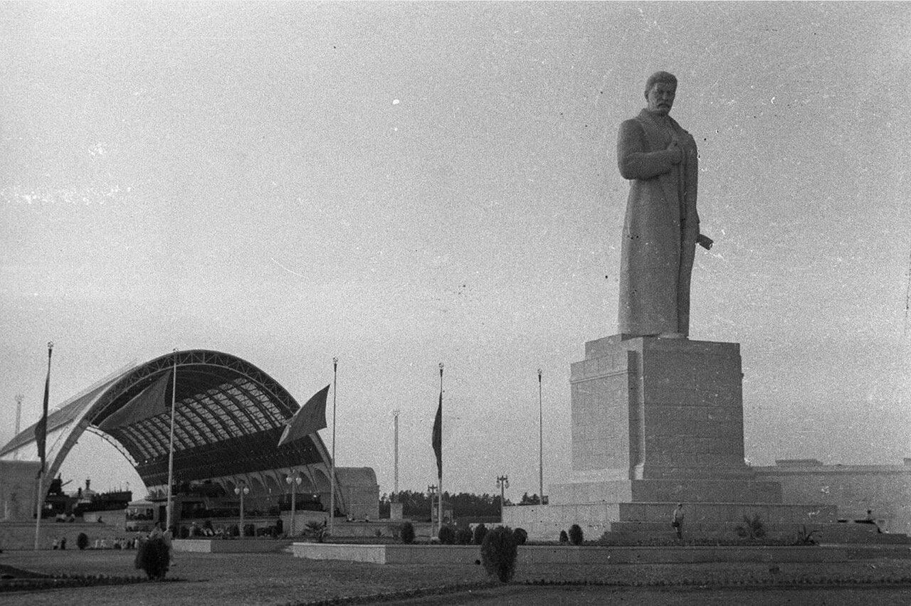 47. Площадь Механизации. Статуя Иосифа Сталина