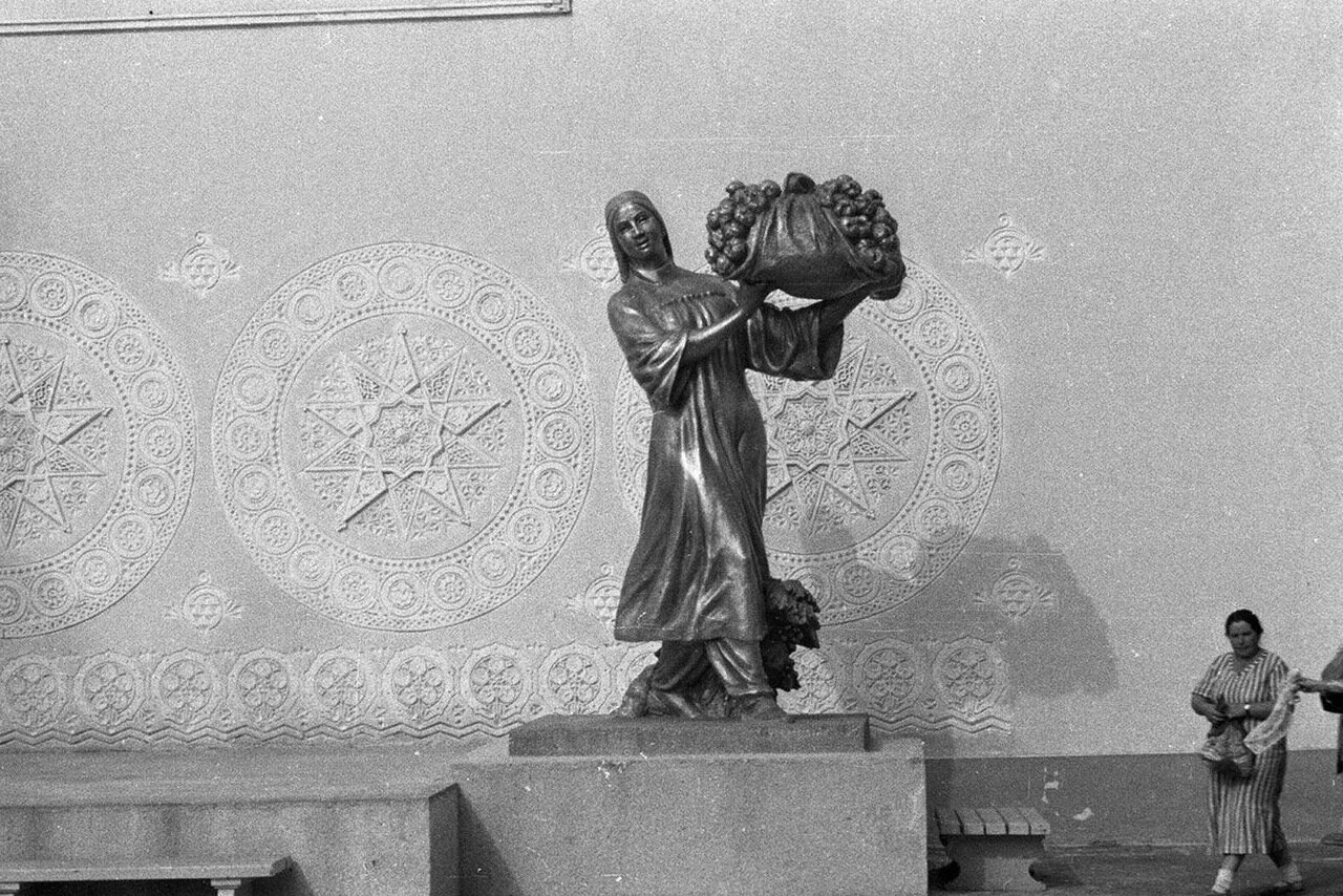 61. Скульптура у павильона Узбекской ССР