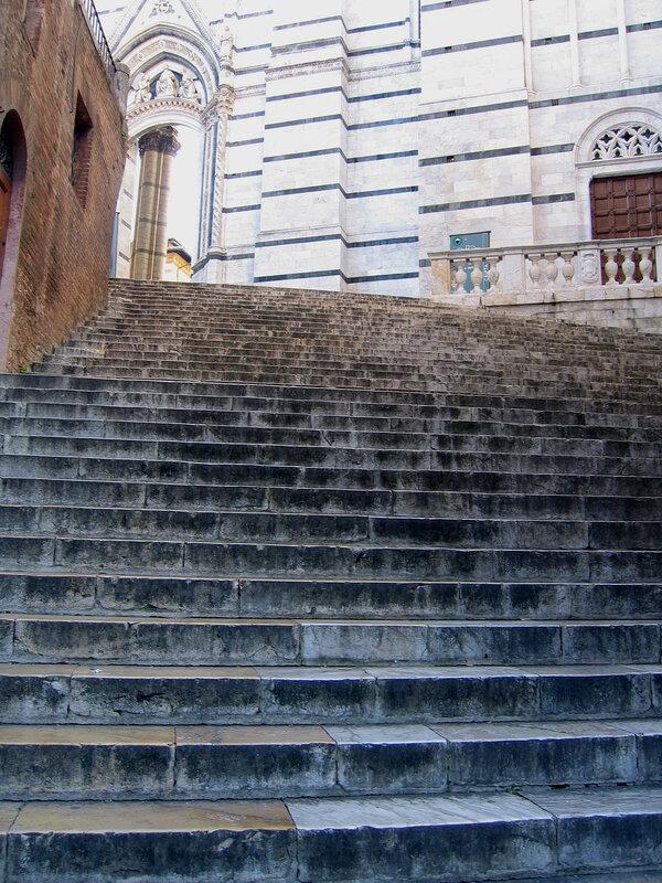 Лестница, ведущая к храму