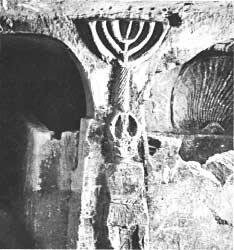 Менора, высеченная в стене одной из гробниц города Бет-Шеарим (северный Израиль). Она датируется временем Иехуды xa-Наси. Археологические раскопки начались здесь в 1936 г. В результате была обнаружена древняя синагога и сотни гробниц в окрестностях.