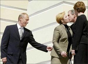 Поцелуй с Джорджом Бушем. Путин - побоку ;)