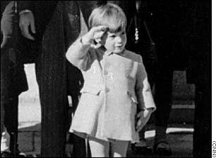 Маленький Джон Кеннеди отдает честь телу отца