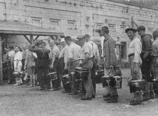Интернированные украинцы в очереди за водой в Форт Генри, Онтарио, 1918