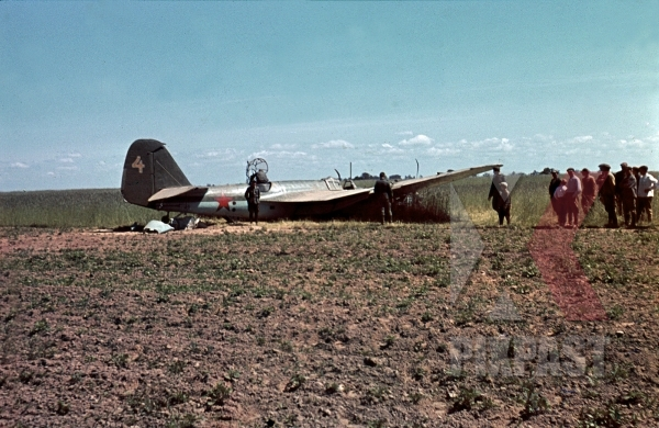 stock-photo-germans-capturing-crash-landed-russian-ilyushin-il4-bomber-crew-standing-beside-plane-3rd-panzer-division-beresina-1941-12287.jpg