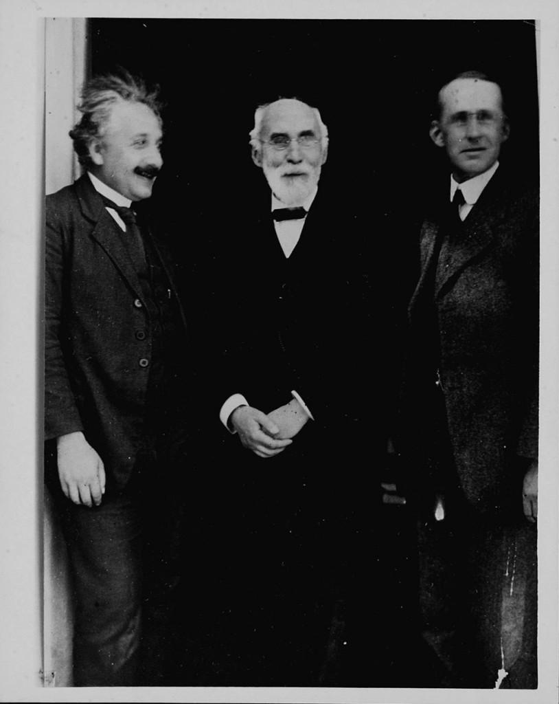 Британский ученый Артур Эддингтон (в центре) отправился в экспедицию, чтобы подтвердить теорию Эйншт