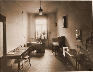 Вид части кабинета врача в Узловой железнодорожной больнице.