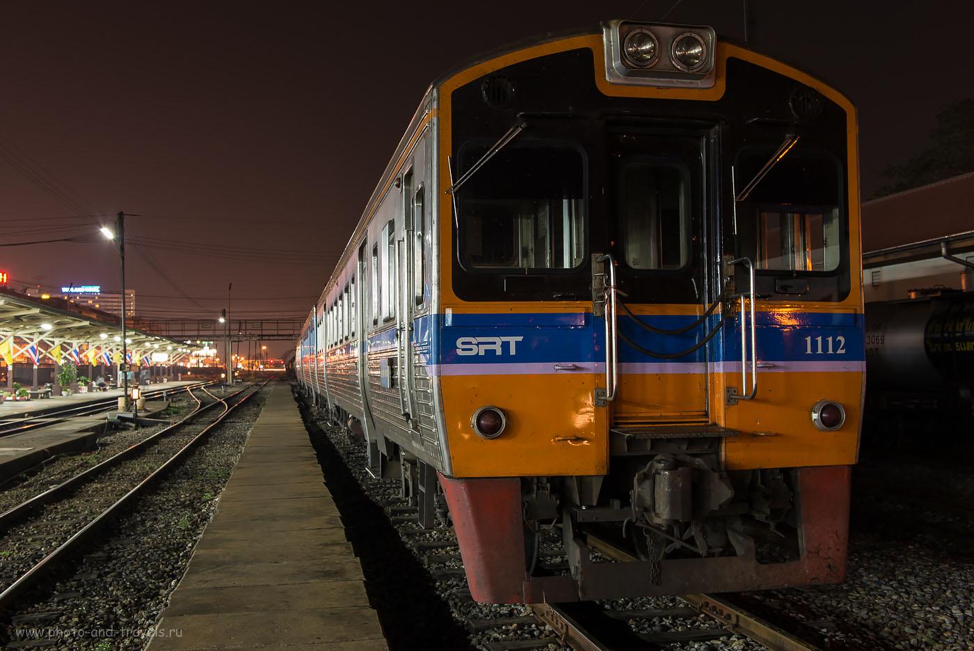 Фотография 2. Тайский поезд на станции Пхитсанулок. Отзывы о путешествии по Таиланду дикарями. Снято со штатива. ИСО 100.