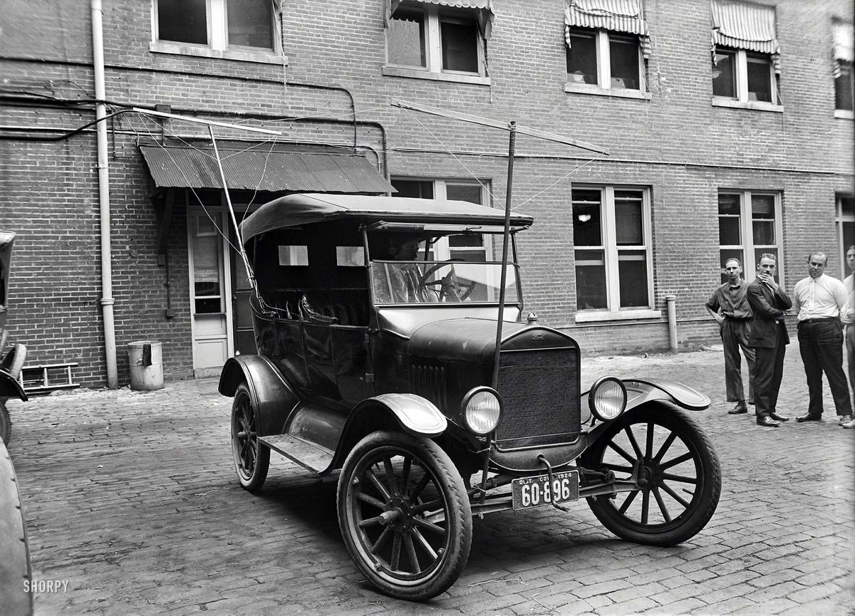 Легковой автомобиль с радиоприемником и радиоантеннами с возможностью прослушивания радиопередач во время езды (Вашингтон, 1924 год)