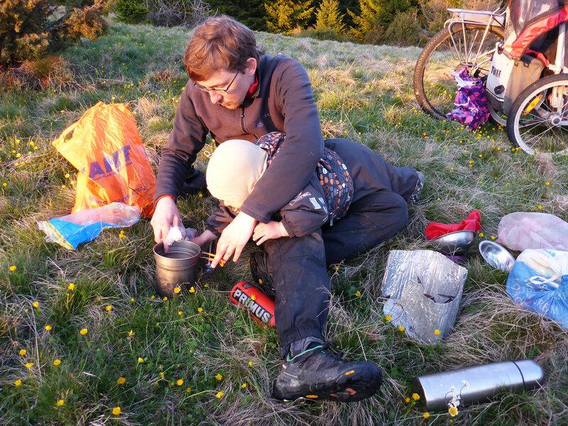 приготовление ужина на горелке в велопоходе с ребенком