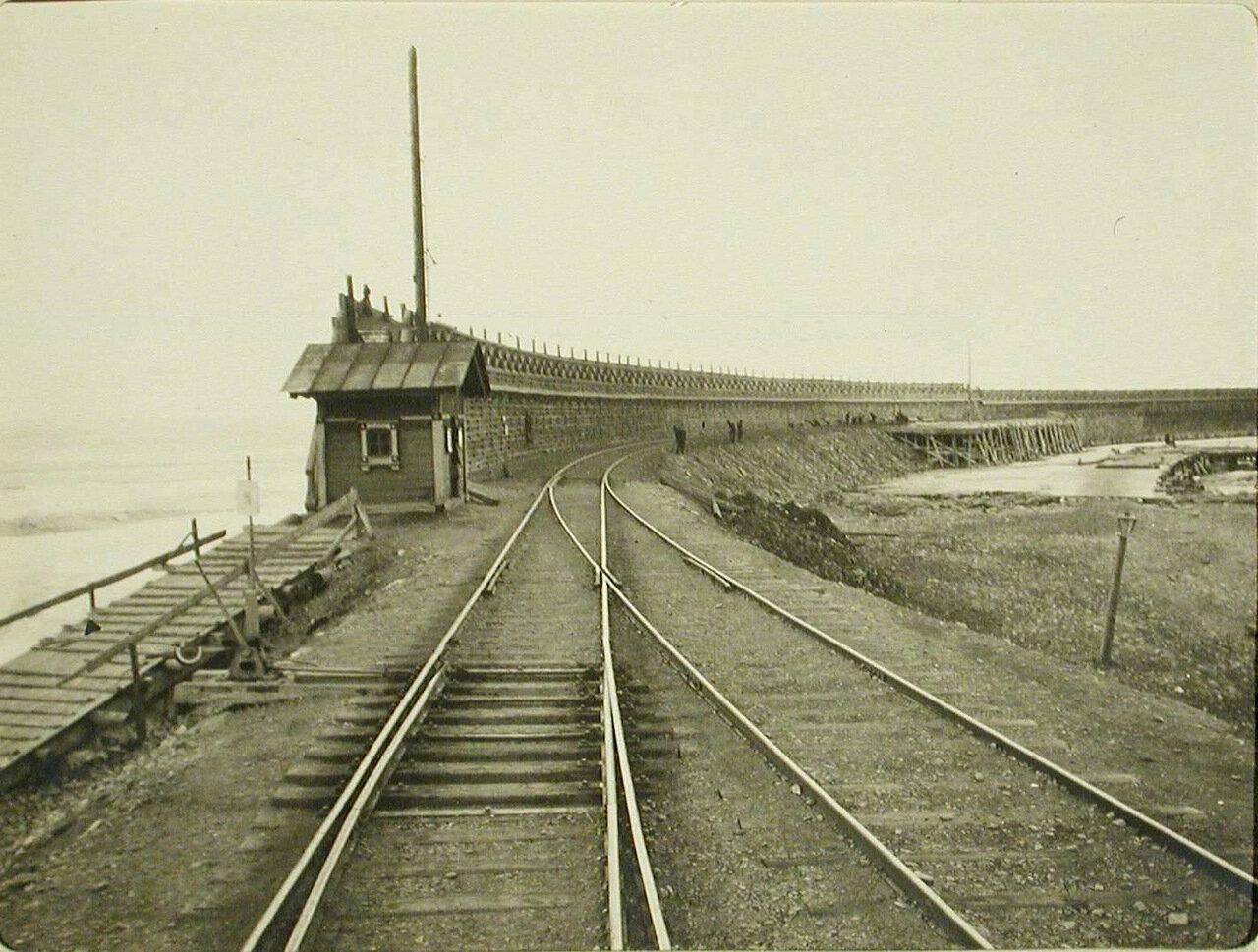 31. Вид на мол и железнодорожное полотно у причала. Станция Мысовая