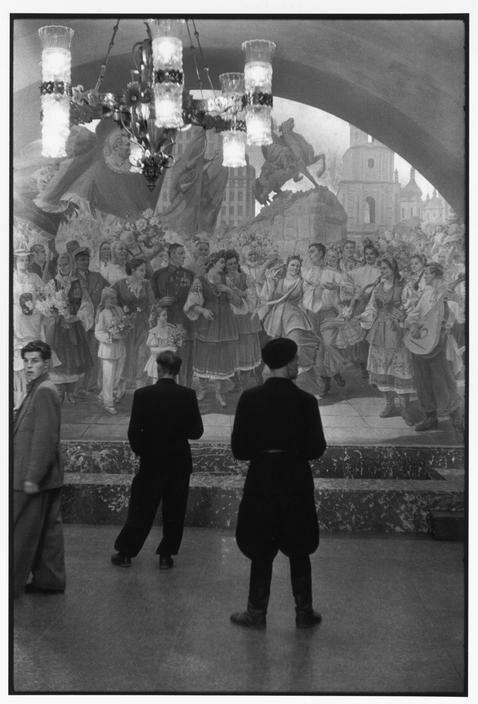 1954. Москва. Рабочие совхоза в метро