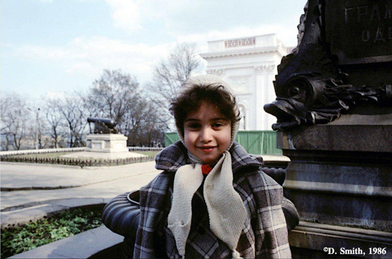 Крым. Ливадия. Девочка возле с Ливадийского дворца