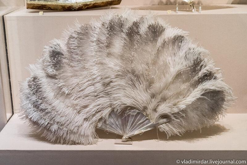 Веер pliant «Перья белого страуса и марабу» с перламутровым остовом. Западная Европа. 1890-е годы.