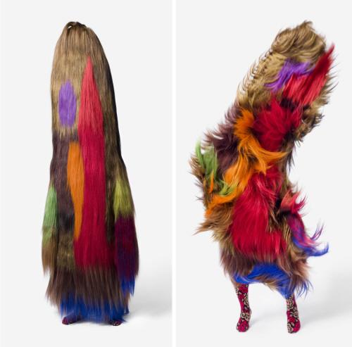 ...волосатые костюмы-скульптуры, похожие на гибрид человеческого тела с...
