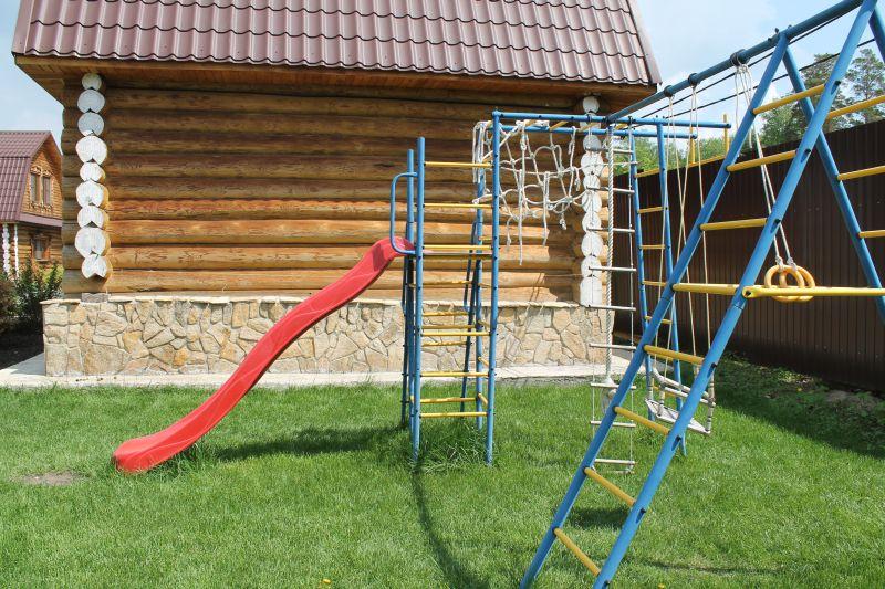 После качели детям можно пойти потренироваться лазить по канату, а затем весело кататься с горки. (09.06.2015)