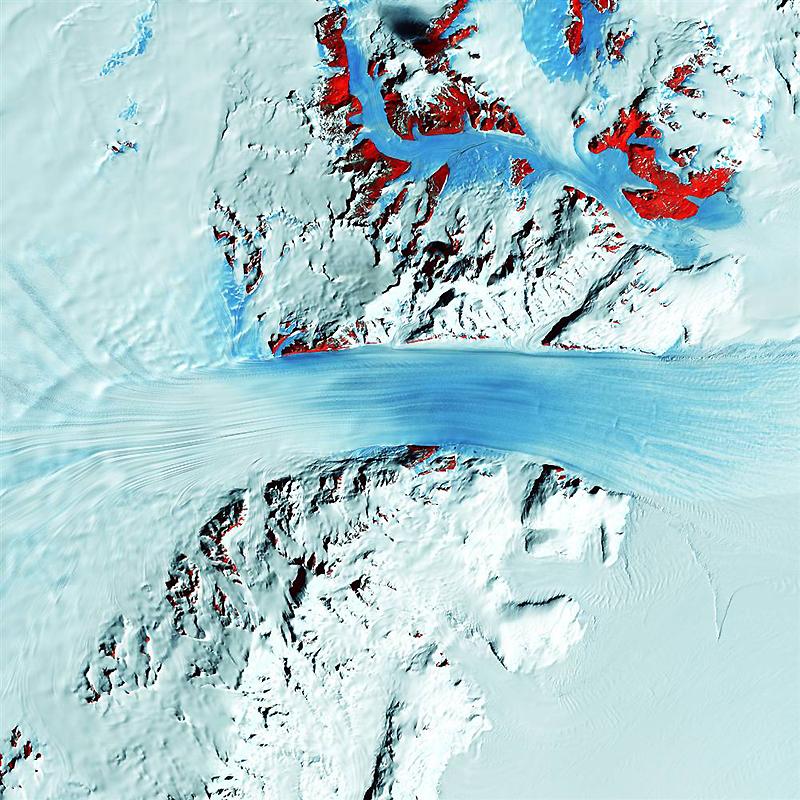 4. Похожий на настоящую реку льда, быстродвижущийся ледник Берд проходит через Трансантарктические г