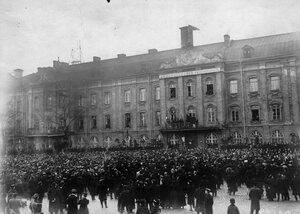 Студенты на митинге протеста против манифеста 17 октября у здания университета.