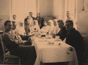 Группа раненых офицеров и сестры милосердия в столовой за чаем;4-я справа за столом-старшая сестра лазарета Л.В.Никитина.