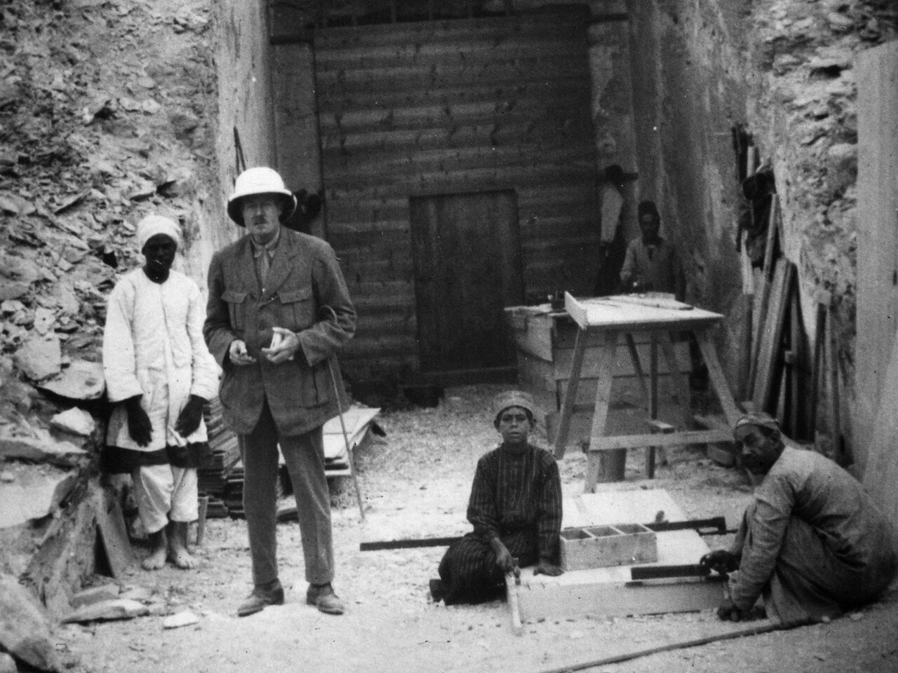 Каллендер, ассистент Говарда Картера у входа в гробницу