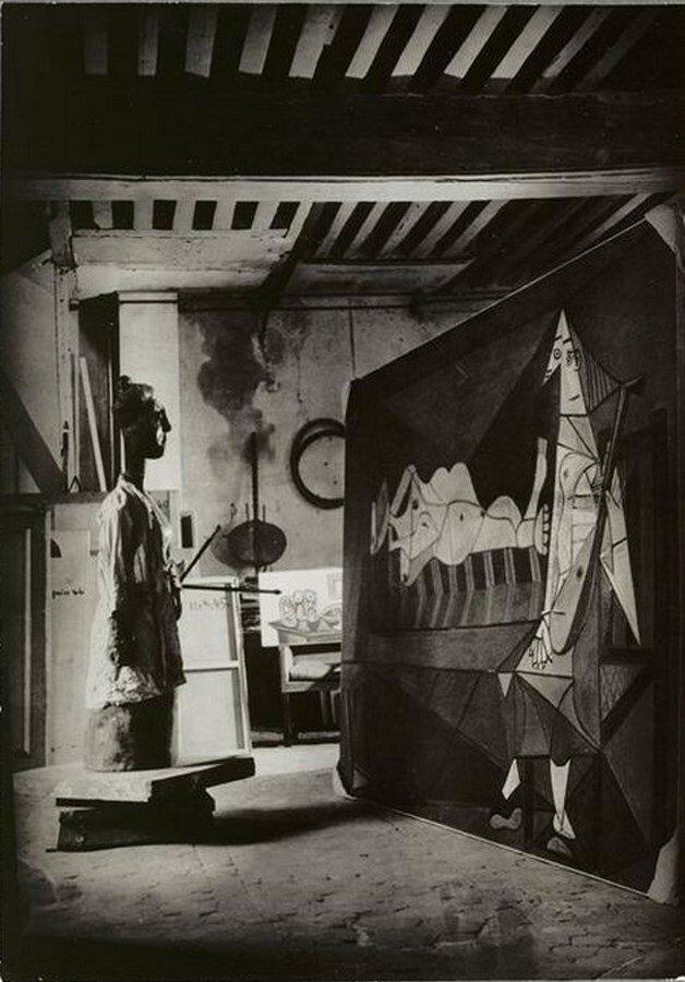 1946. «Женщина с палитрой» (1943) и «Утренняя серенада» (1942) Пикассо в мастерской на улице Великих Августинцев
