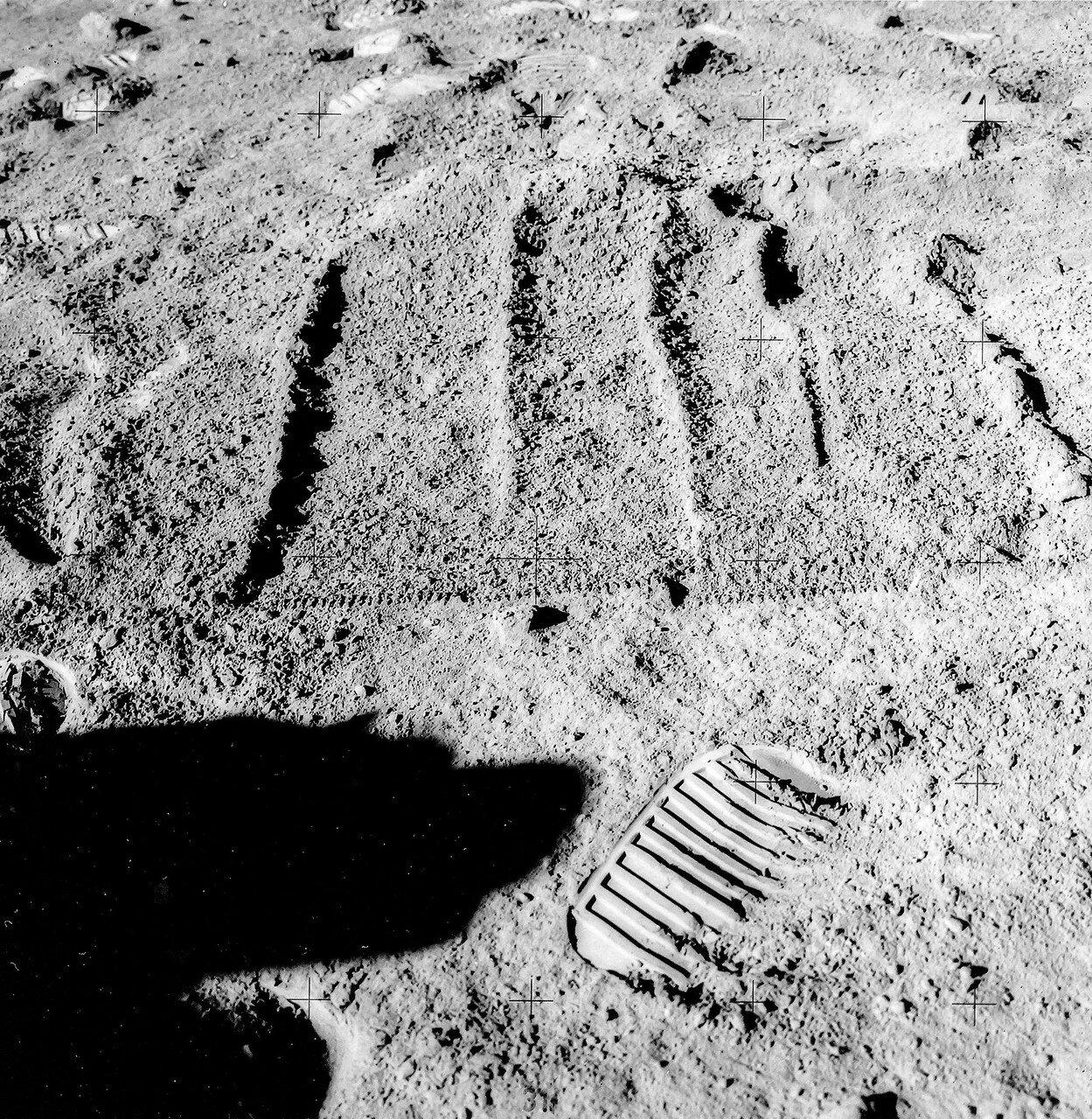 Скотт и Ирвин вернулись к лунному модулю через 4 часа 20 минут после начала первого выхода на поверхность и планировали посвятить остаток времени установке комплекта научных приборов ALSEP и бурению глубоких отверстий в грунте. На снимке: след от башмака астронавта
