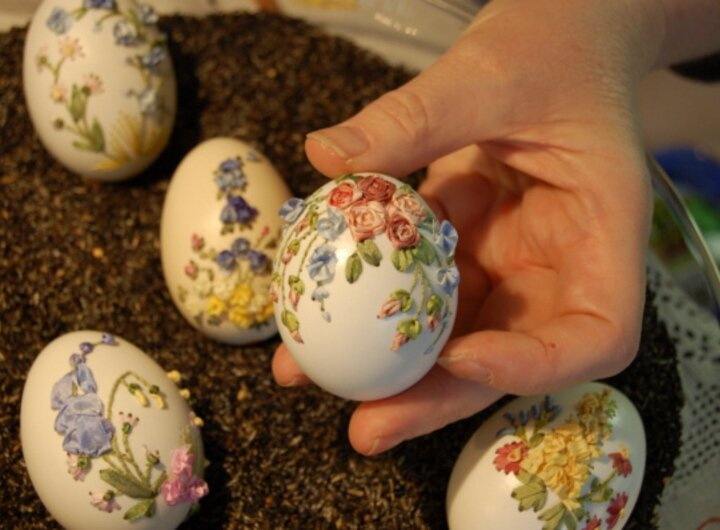 вот еще нашла вышивку на яйце , вот как так аккуратно сделать дырочки...