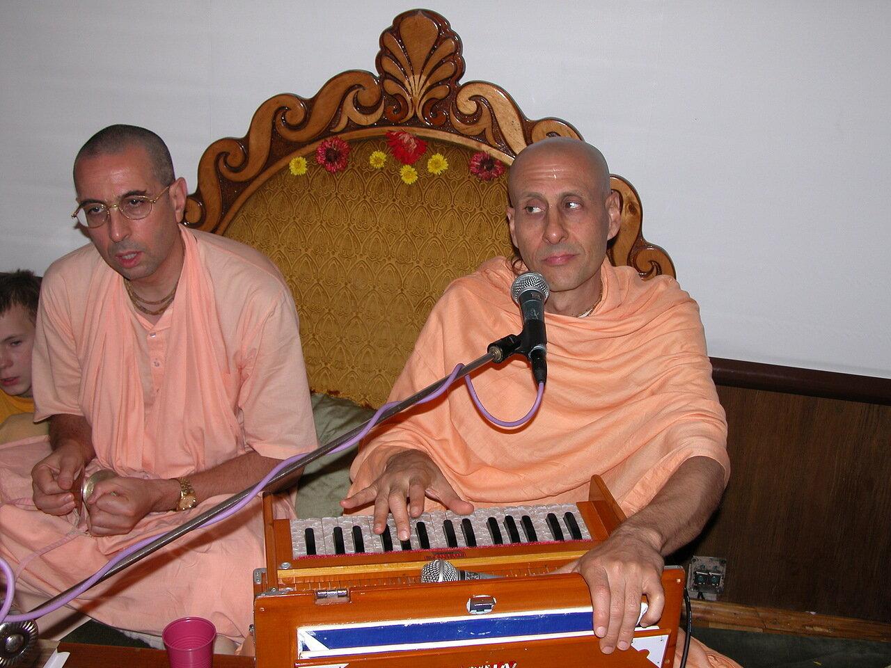 Ниранджана Свами (слева)и Радханатха Свами