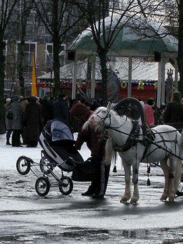 Приходи к нам, тётя лошадь, нашу детку покачать!