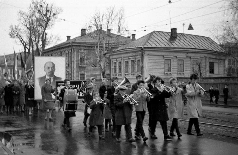 Школьники на первомайской демонстрации