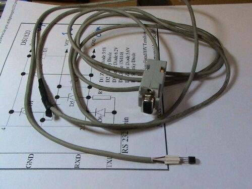 Рабочий вариант схемы был найден здесь.  Простой цифровой термометр с подключением через COM-порт.